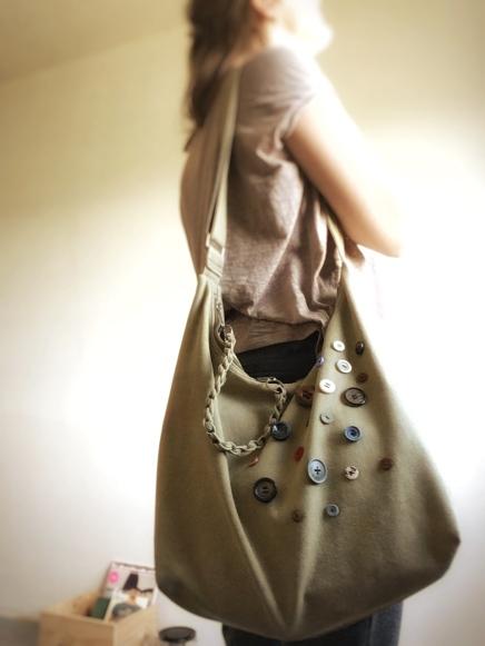 gepimpte olijfkleurige tas met knopen