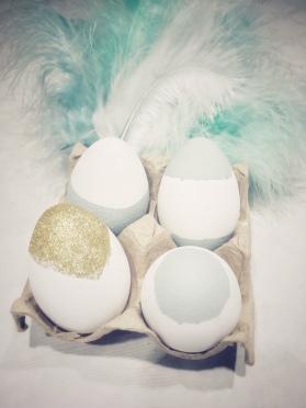 beschilder de eitjes in pastelgroen en glittergoud