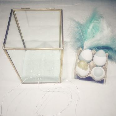 vul het terrarium met pastelzand, lichtjes, veren en eitjes